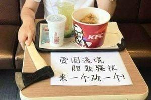 網傳「來一個砍一個」照 有人肯德基用餐帶斧頭