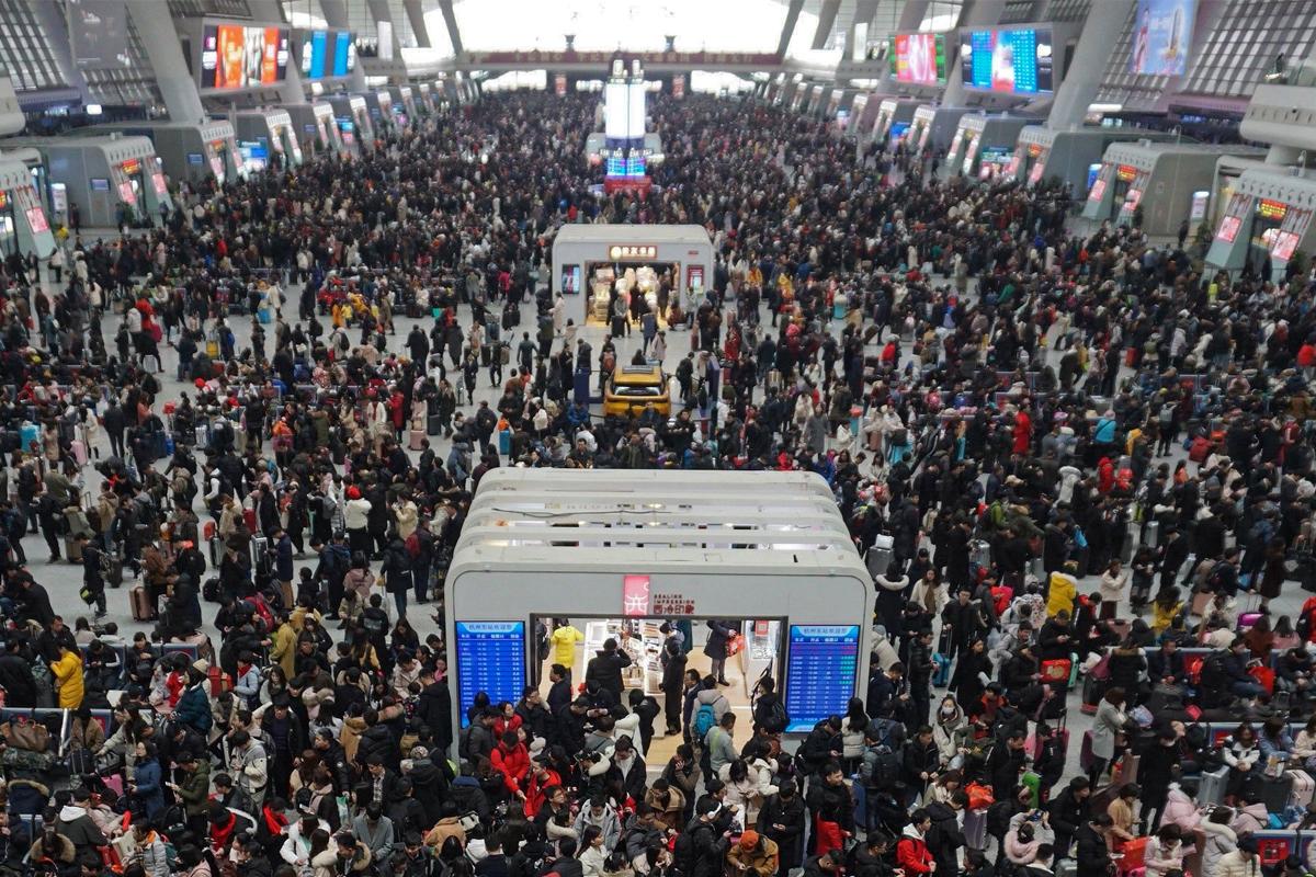 今日 (24 日) ,湖北省疫情防控指揮部更宣佈明日(25 日)零時起,解除湖北離境管制,恢復對外交通。但自相矛盾的是,中共當局卻禁止所有國際航班降落北京,也不準湖北人入京。(STR/AFP via Getty Images)