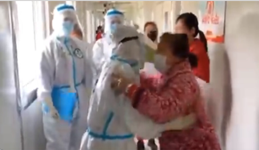 中共病毒疫情下,中共媒體不斷造假,通過擺拍假片來宣傳自己所謂的抗疫成果。(影片截圖)