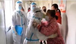 武漢醫院擺拍  導演說:「預備!哭!」