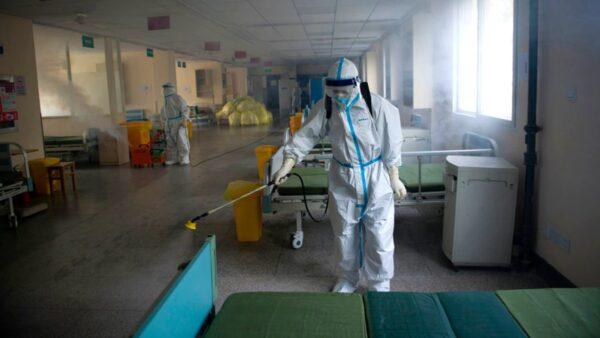 圖為武漢防疫人員在對一個隔離點消毒。(STR/AFP via Getty Images)