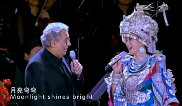 2009年6月30日,多明戈(左)與宋祖英(右)在北京鳥巢夏季音樂會同台合唱。(影片截圖)