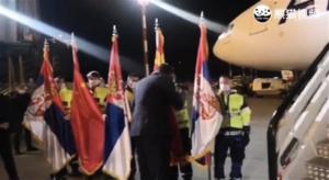 塞爾維亞總統親吻中共五星旗  網民:向播毒元兇親吻