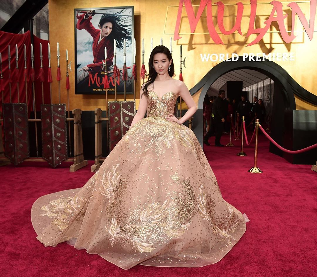 劉亦菲在《花木蘭》洛杉磯首映會受訪中自稱亞裔, 此番言論引起中國網友不滿。(圖片:Mulan IG)
