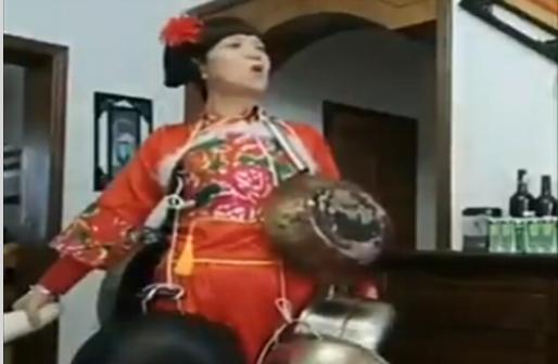 書畫藝術家李金山製作劉三姐甩鍋的影片,惡搞中南海對疫情擴散推卸責任。(影片截圖)