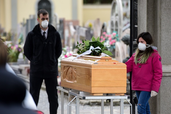 大利一位十几岁的女孩目送染上中共肺炎死去的亲人。(Photo by PIERO CRUCIATTI/AFP via Getty Images)