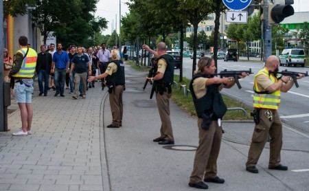 警方保護著人們撤出購物中心。(Joerg Koch/Getty Images)