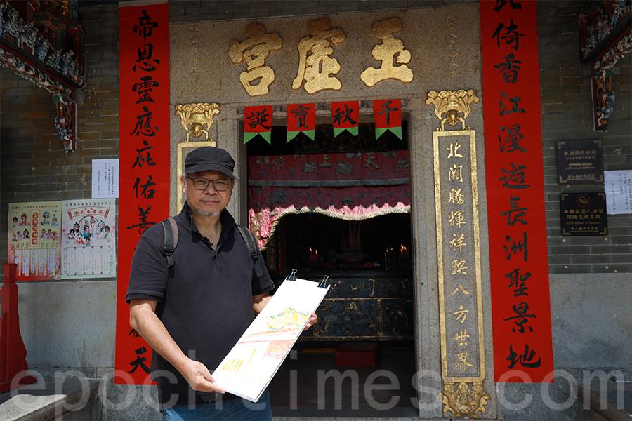 張學敏今年3月再次到訪長洲北帝廟,以另一個角度作畫。(陳仲明/大紀元)