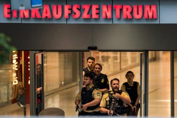 全副武裝的警員在商場進行搜查。(Joerg Koch/Getty Images)