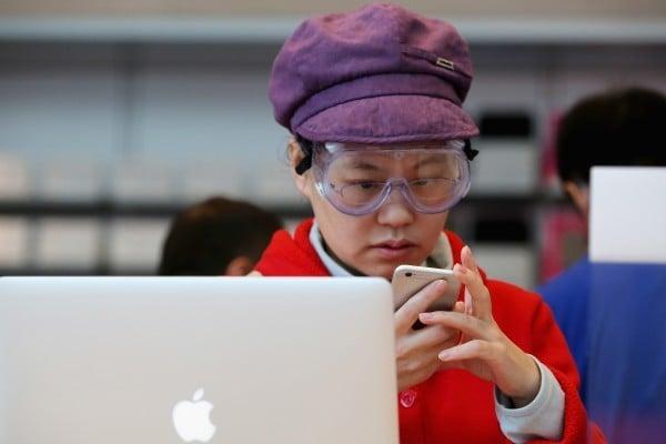 近年中國智能手機日益普及。人們緊盯屏幕的時間增加,戶外活動時間減少,兩個因素疊加,給眼睛造成嚴重傷害。(Feng Li/Getty Images)