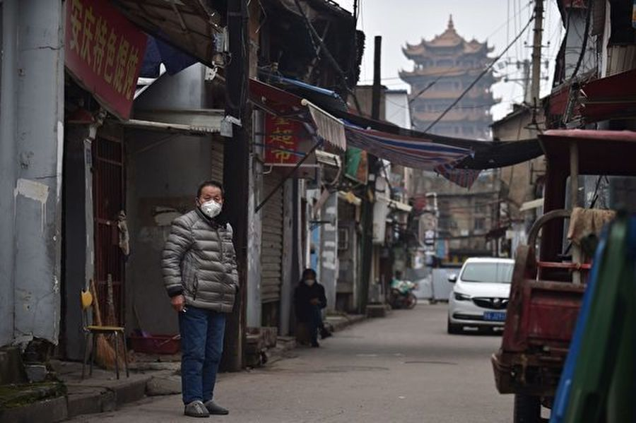 就在武漢當局為加緊復工宣佈新增歸零不久,網上相繼傳出有多起新增確診病例出現。武漢市民表示,如果疫情反彈,市民的日子會更難過。2020年2月27日,湖北省武漢市,民眾紛紛紛戴上口罩。(STR/AFP via Getty Images)