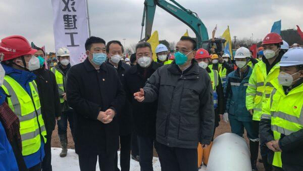 圖為李克強1月27日前往武漢視察。( STR/AFP via Getty Images)