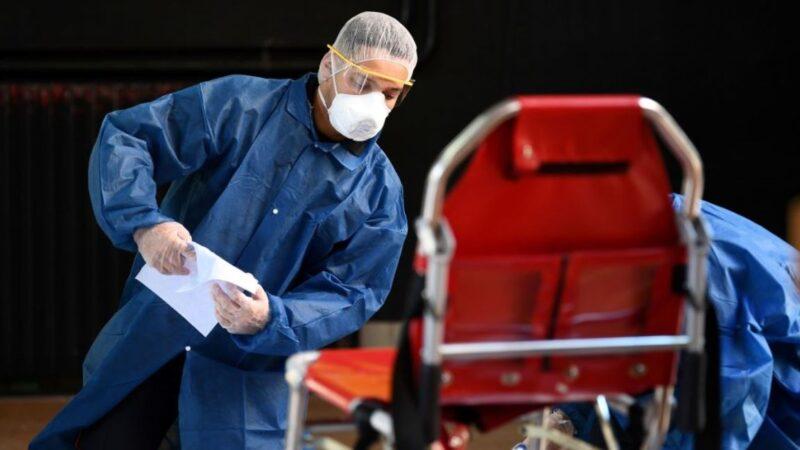 圖為法國巴黎一名消防員2020年3月24日正在對中共病毒(COVID-19)患者使用過的物品進行消毒。(FRANCK FIFE/AFP via Getty Images)