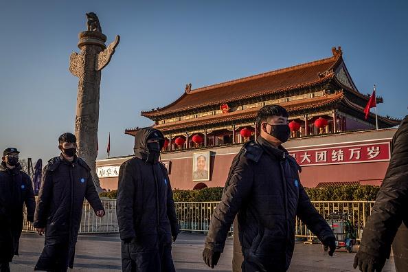 中共病毒瘟疫肆虐,中共政局不穩。圖為2020年1月23日,保安人員帶著口罩在天安門巡邏,街上無人。 (NICOLAS ASFOURI/AFP via Getty Images)