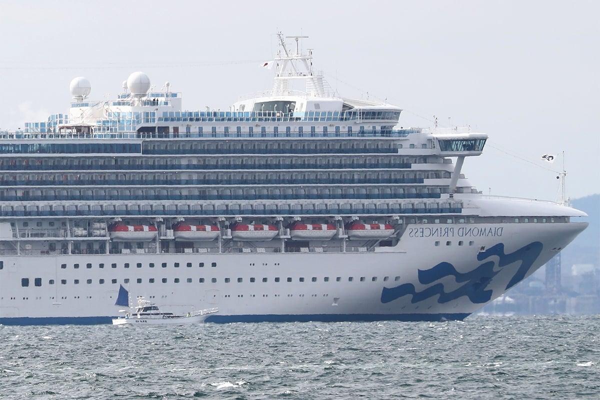 3月25日下午2時許,與中共病毒備受世界關注的「鑽石公主」號完成檢疫消毒後,緩緩駛離日本橫濱港大黑碼頭。(BEHROUZ MEHRI/AFP via Getty Images)