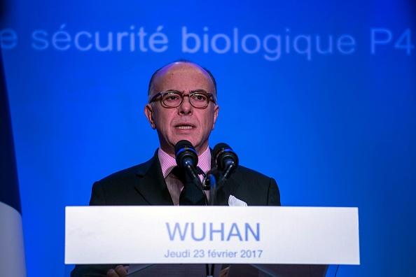 2017年2月23日,法國總理Bernard Cazeneuve在訪問座落於武漢市的P4傳染病實驗室後,發表講話。該實驗室是法國生物工程機構Institut Merieux與中國科學院的合作項目。 (JOHANNES EISELE/AFP via Getty Images)