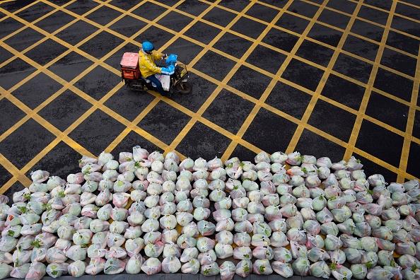 武漢人上街打橫幅 要求補貼透明