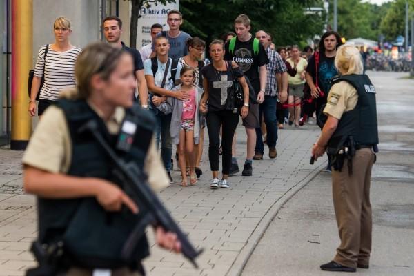 德國慕尼黑1家購物中心周五傍晚發生槍擊案,至少造成9人死亡、數人受傷。槍手在逃,警方正在進行全城搜索。 (Joerg Koch/Getty Images)