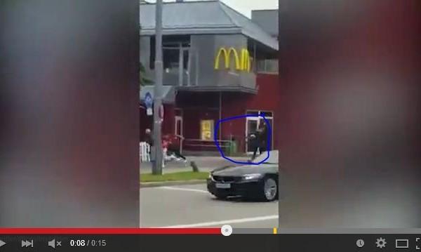 一段驚悚的視像被張貼到社交媒體,顯示一名黑衣槍手在麥當勞餐廳外,向人群開了20槍。(視像截圖)