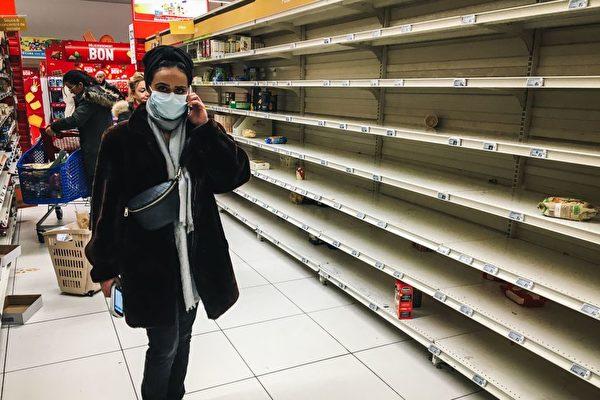 中共病毒(武漢肺炎)疫情全球爆發,所帶來的影響是過去百年來前所未有的沖擊。外界關註,疫情危機正在催生世界政治經濟新模式。圖為3月2日法國一家超市上貨架的食品被搶購一空。 (Getty Images)