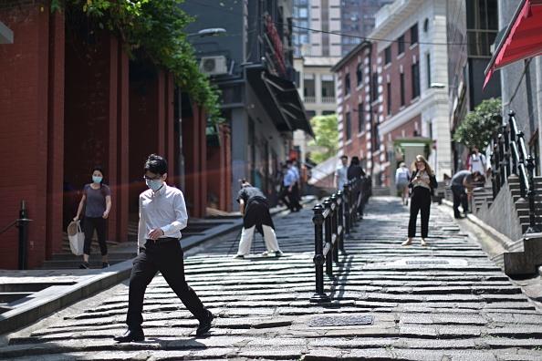 香港疫情專家研究發現,感染中共病毒(武漢肺炎)的患者,在發病首周唾液最毒。圖為2020年3月23日香港街頭,人們帶口罩以防中共肺炎。 (ANTHONY WALLACE/AFP via Getty Images)
