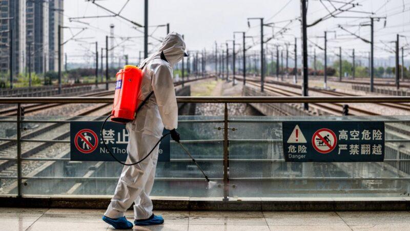 3月24日,網上傳出一名武漢醫生發布在微信家庭群再次向外界「吹哨」,他說:「一旦解禁,外面會遊蕩著成千上萬的『毒源』,比現在危險!」。(STR/AFP via Getty Images)