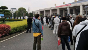 武漢再現凄慘場景 殯儀館墓地大排長龍