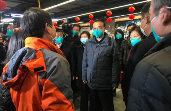 可怕的「中共病毒」瘟疫來襲,李克強2020年1月27日訪問武漢市內一超級市場。(STR/AFP via Getty Images)