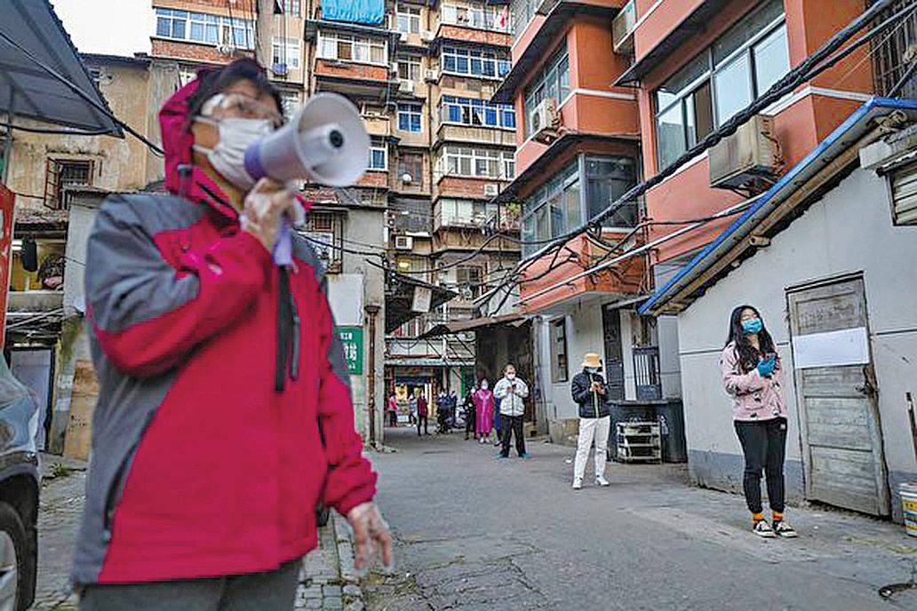 3月18日,武漢市居民排隊領取團購的食品。(AFP/Getty Images)