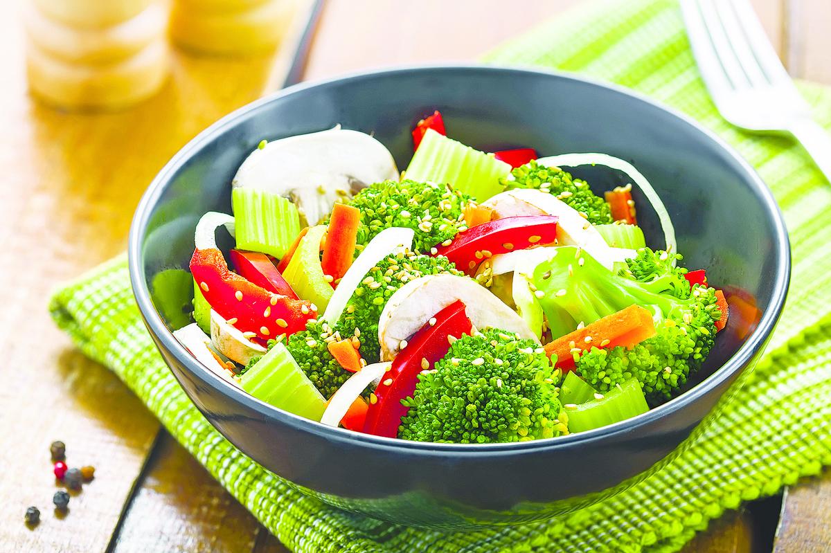 保存良好的芹菜可以用來炒菜,清脆的口感讓人嚐起來清爽又美味!