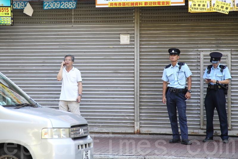 香港民意交流協會會長許淵在麥花臣場館附近。(李逸/大紀元)