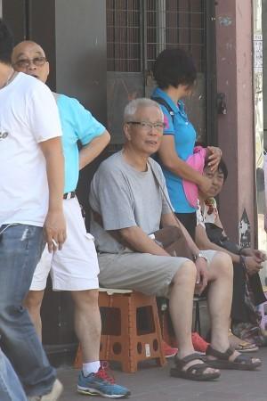 左二是香港民意交流協會成員郭亨溪,於22日下午曾到麥花臣場館側,污衊法輪功圖片展外現場視察。他是香港福建幫成員,擔任福建同鄉會副主任等紅色組織頭目。(大紀元)