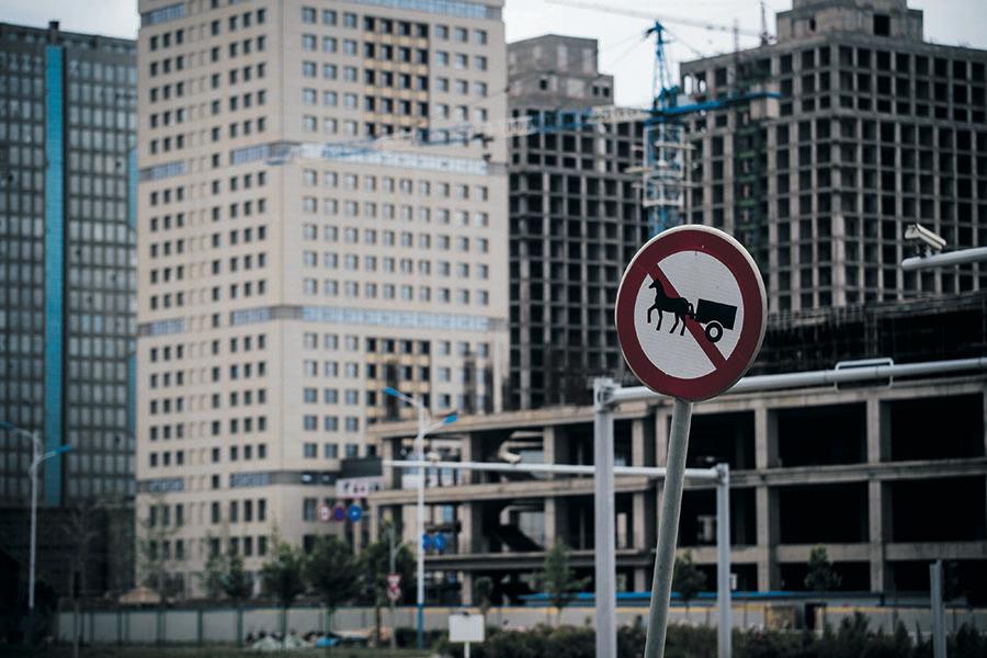 中國空屋數量嚇人,毫無經濟效益的濫建導致全國「鬼城」星羅棋布。圖為「鬼城」之一的新疆喀什郊區「深圳城」。(Getty Images)