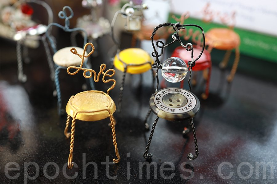 可樂鋁蓋和鈕扣製作的可愛椅子。(陳仲明/大紀元)