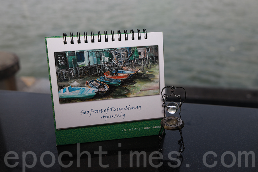 東涌社區為主題的年曆,封面圖中的棚屋很多人以為是大澳,其實不然,正是東涌碼頭附近的棚屋。(陳仲明/大紀元)