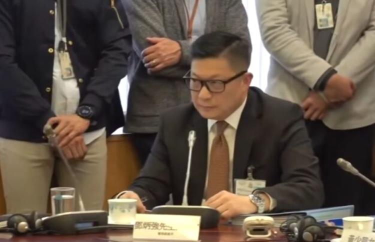 1月落區中西區區議時,遭到鄭麗瓊等區議會議員追究暴警,鄧在會場如同受審,處境尷尬。(視頻截圖)