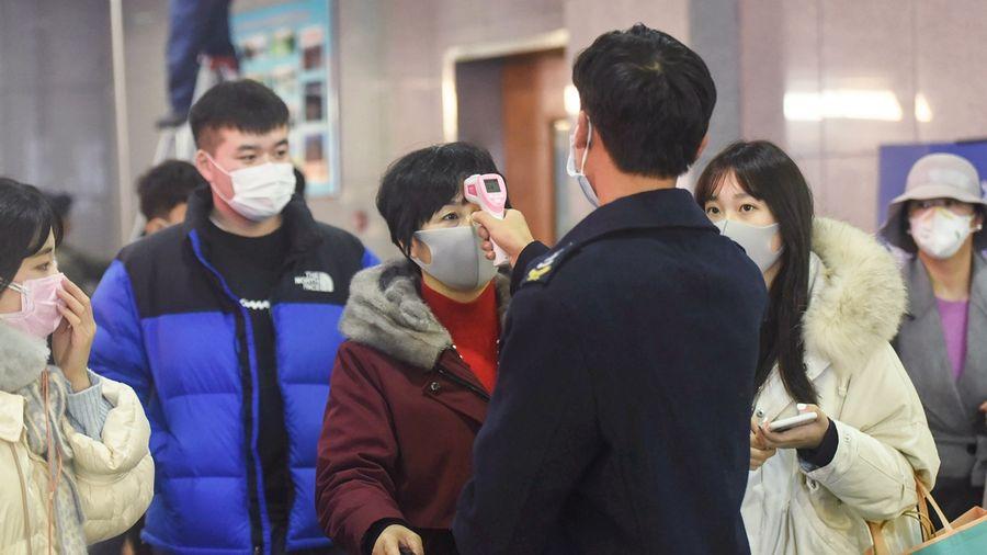 中國研究報告提醒,僅武漢一地恐有近60%感染者尚沒被發現,若不採取措施應對,將引發新一輪疫情大爆發。示意圖( STR/AFP via Getty Images)