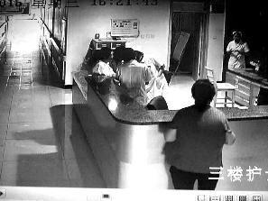 最近,35歲的農婦賀某到陜西綏德縣醫院婦產科生產,順產一名男嬰後大出血死亡。據報,當時,該院婦產科醫生和護士在產婦大出血過程中,卻聚在一起說笑玩手機。(網絡圖片)