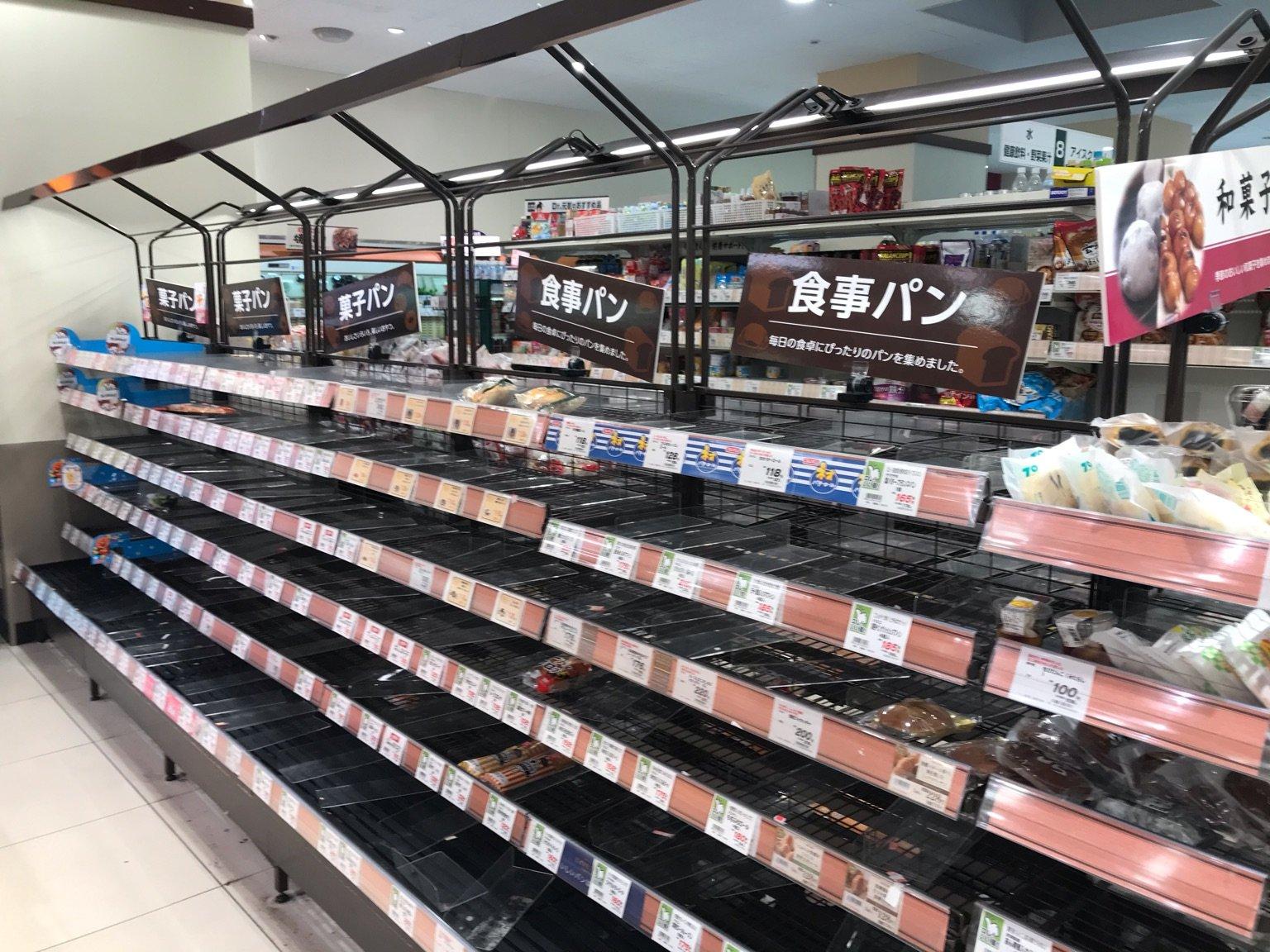 25日,日本東京確診人數跳漲2倍,當晚東京宣布進入疫情重要關頭,呼籲都民週末禁足在家。第二天東京以及周邊城市的超市被「洗劫一空」。圖為東京品川區一超市。(張本真/大紀元)