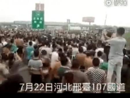 22日,河北邢台因水庫泄洪遭災的村民上訪被警方攔截。(視像截圖)