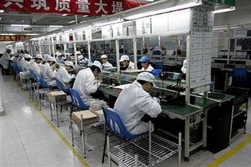 圖為一家生產手機的大陸工廠。(AFP/Getty Images)