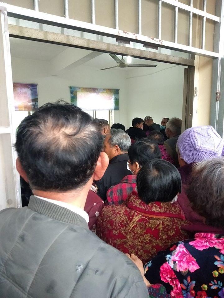 高作鎮鎮民擁擠入一個房間,接受大規模體檢。(網絡圖片)
