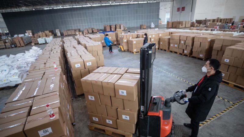 圖為2月4日武漢一間倉庫內的醫療物資。(STR/AFP via Getty Images)