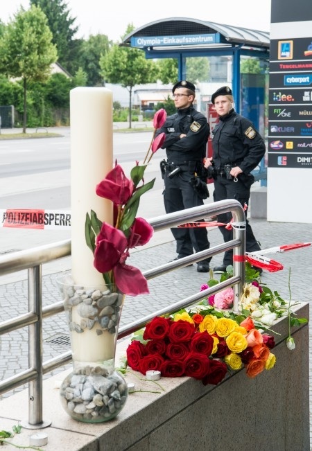 7月23日,慕尼黑的居民給死難者獻花。(Joerg Koch/Getty Images)