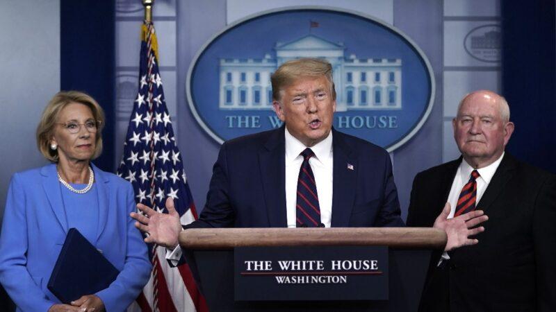 2020年3月27日,特朗普總統出席白宮新聞發佈會。(Drew Angerer/Getty Images)