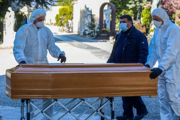 圖為3月16日,在意大利倫巴第貝加莫市,工作人員為死於中共肺炎的死者移靈,準備下葬。(PIERO CRUCIATTI/AFP via Getty Images)