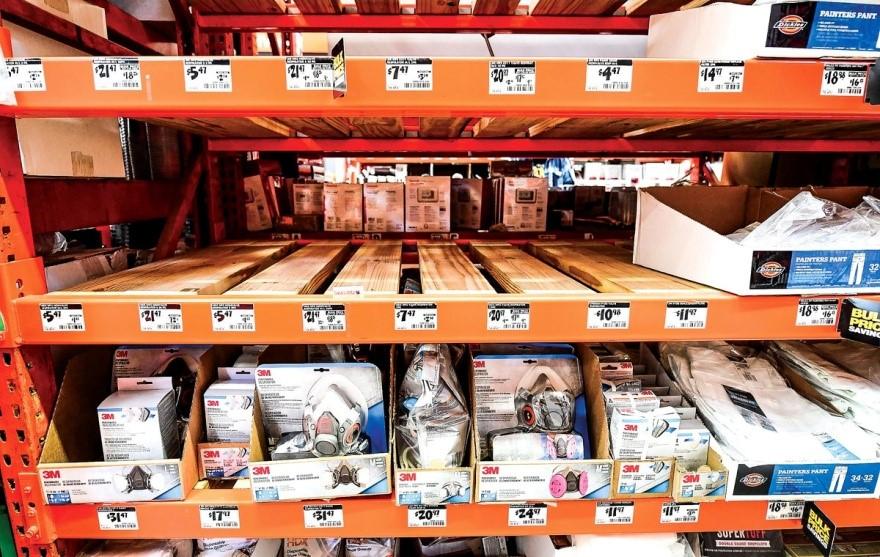 圖為2月4日,美國加州一間家得寶超市內的N95口罩幾乎售罄。(Getty Images)
