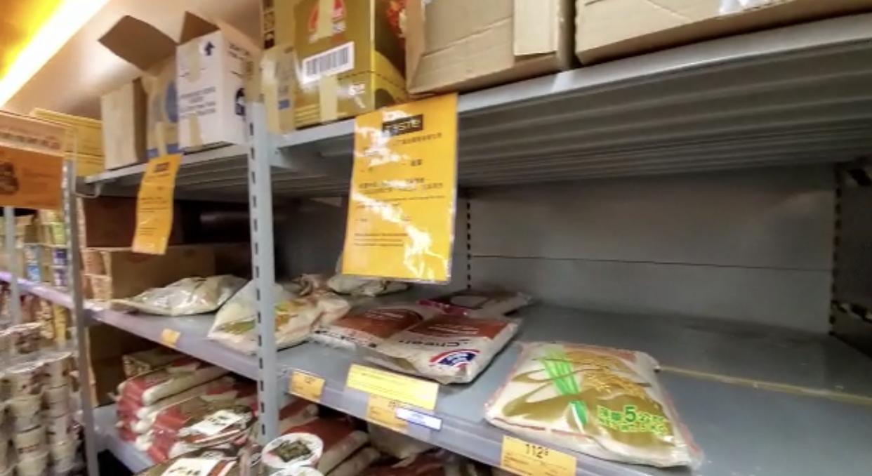 青衣一家超級市場的米架接近被掃空(宋碧龍/大紀元)