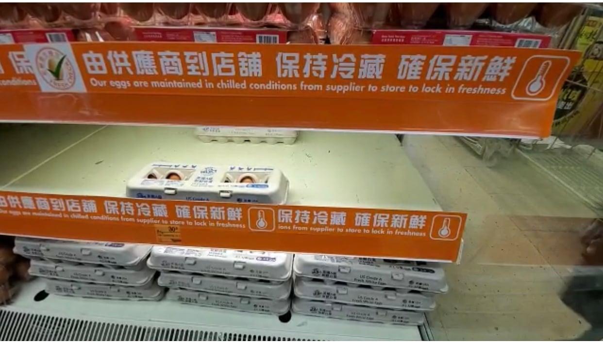 青衣一超級市場的幾近空清的雞蛋架(宋碧龍/大紀元)