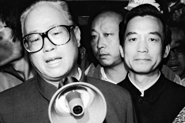 1989年5月19日,趙紫陽在溫家寶陪同下到天安門廣場發表談話。(Getty Images)